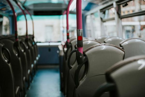 film antimicrobien pour bus tramway poignées barres par freepik