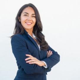 sourire-confiant-femme-affaires-posant-bras-croises_1262-20950