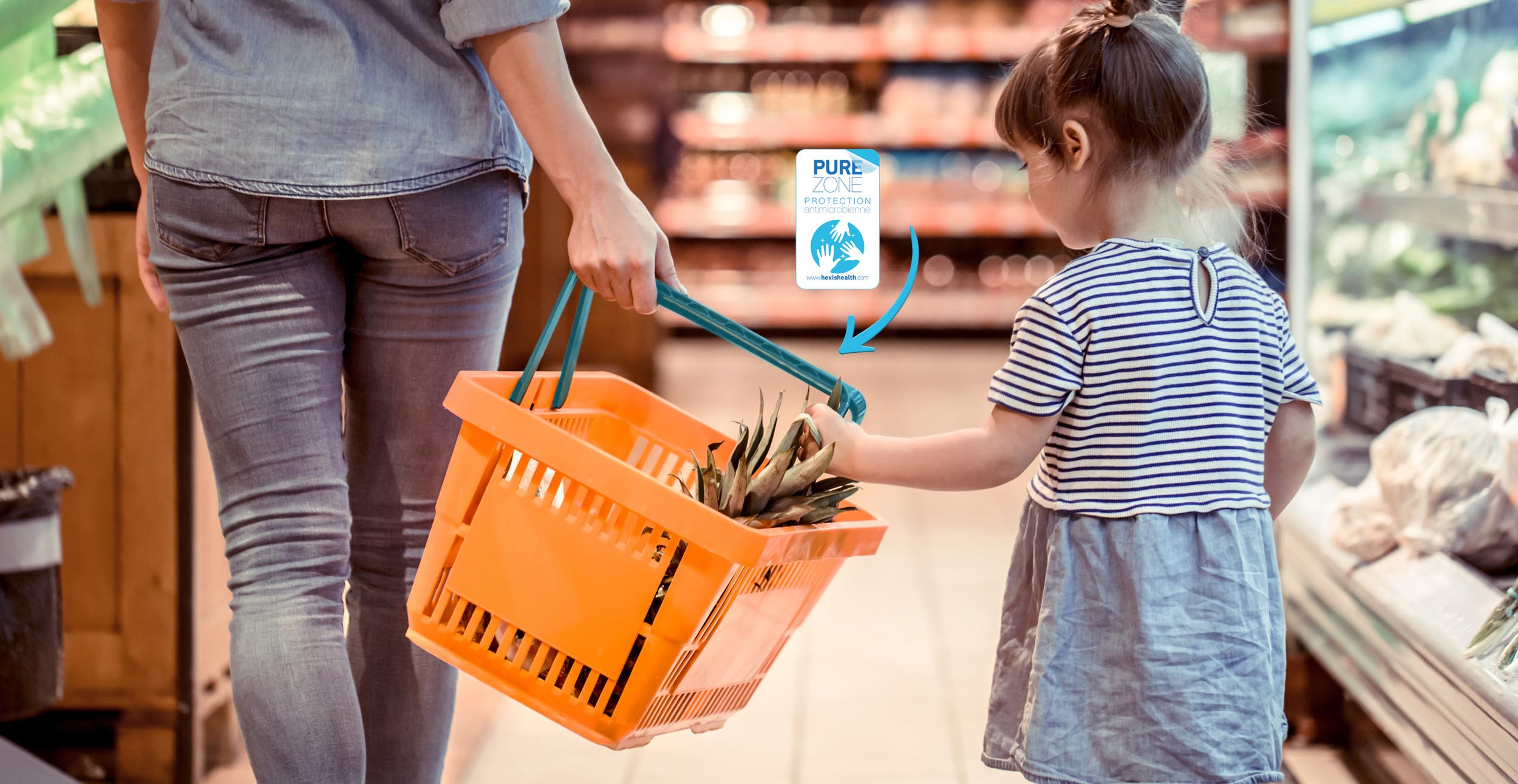 petite fille touchant un panier de courses de supermarché par adobe stock protection des surfaces avec film antibactérien pure zone