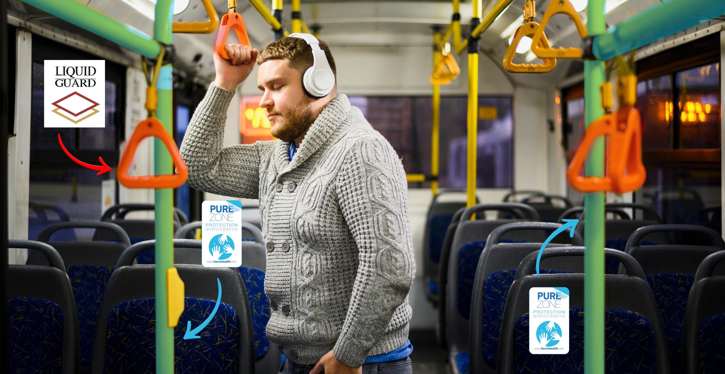 jeune homme écoutant de la musique dans un bus par freepik protection des poignées et des barres en film pure zone bactéricide