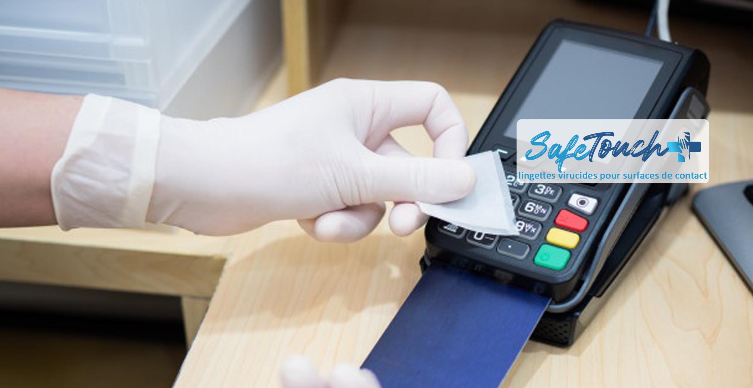 main nettoyant avec une lingette virucide safe touch + un terminal bancaire